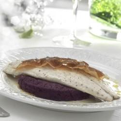 Filete de besugo con puré de lombarda y crujiente de jamón