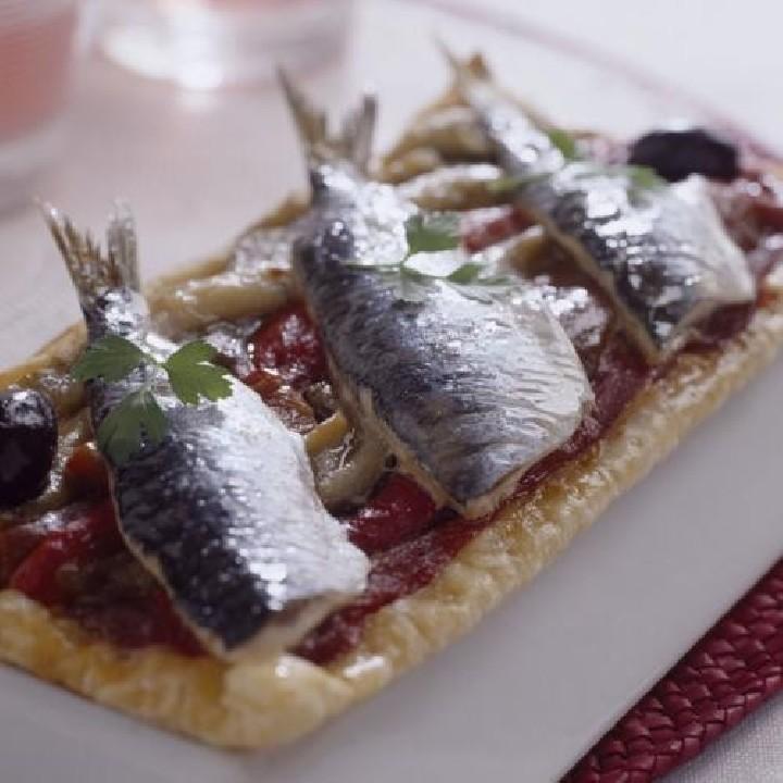 Coca de escalivada y sardinas