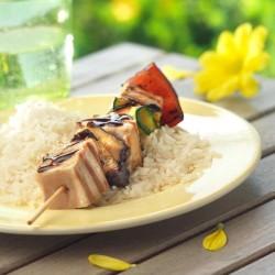 Broqueta de tonyina i verdures sobre base d'arròs