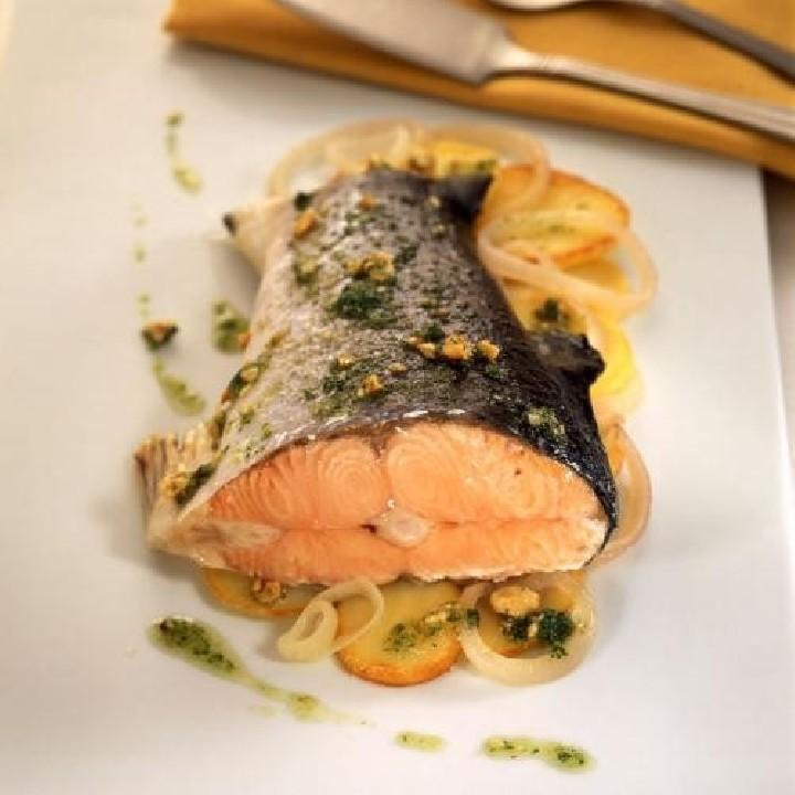 Cola de salmón al horno con eneldo