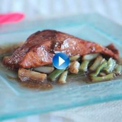 Lomo de salmón con salsa de soja y ajetes salteados