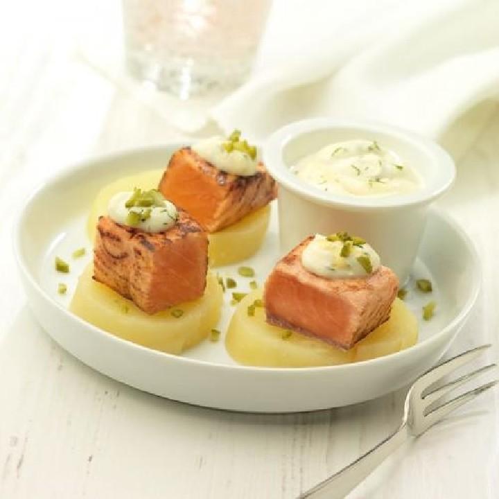 Dados de patata con salmón al estilo noruego