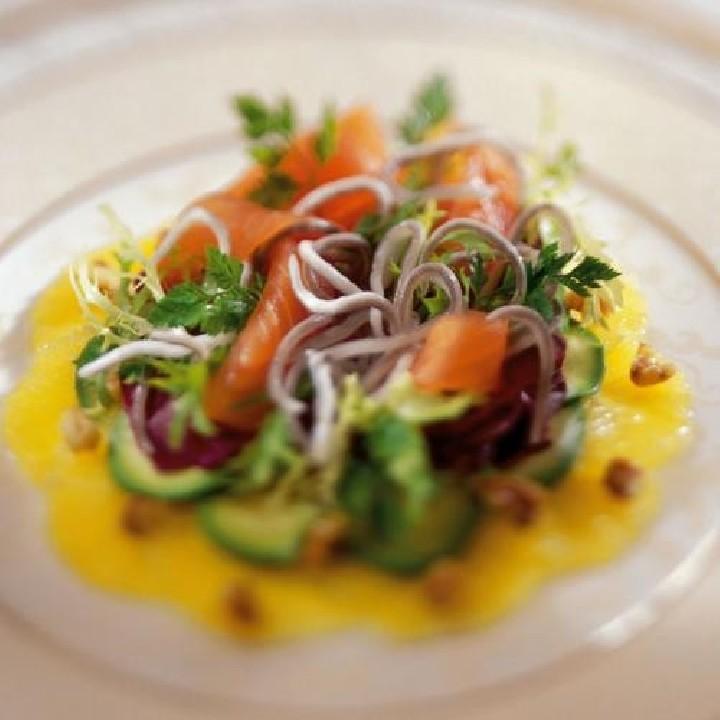 Ensalada de salmón, sabores de angula y naranja