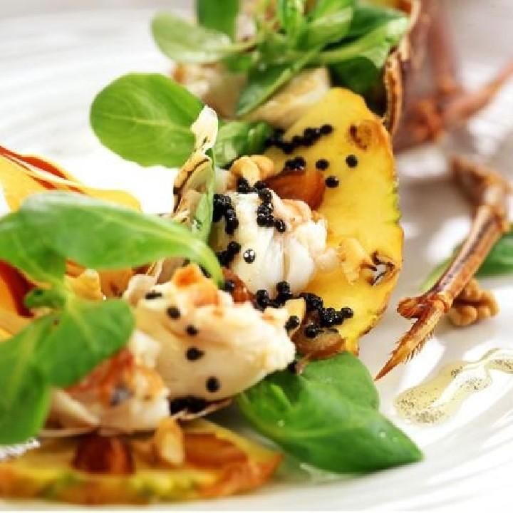 Ensalada de langosta y piña con aceite de vainilla