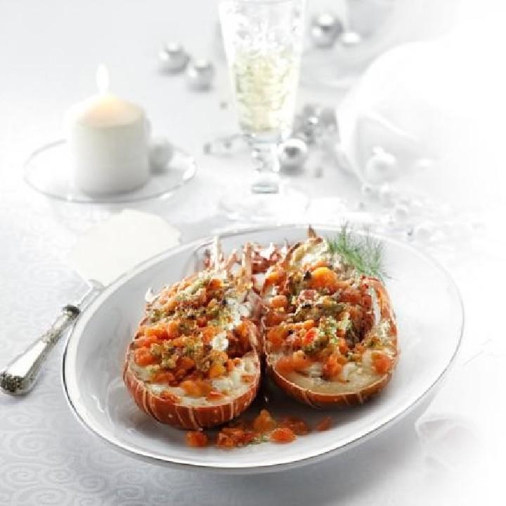 Langosta gratinada con tomate, piñones y eneldo