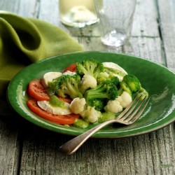Amanida de bròquil i coliflor al pesto amb tomàquet, mozzarella i pesto