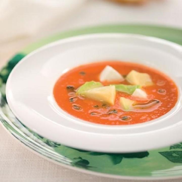 Gazpacho con aguacate, queso fresco y albahaca