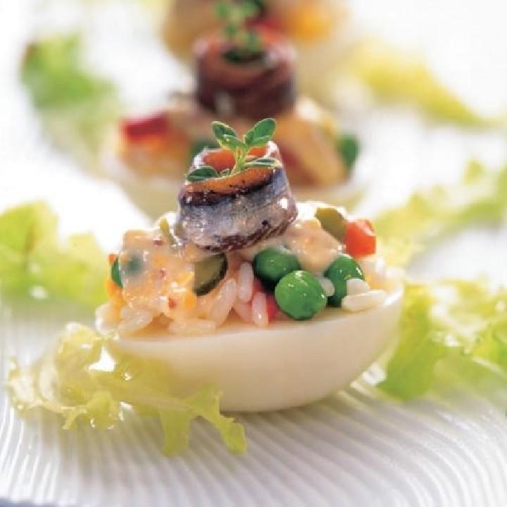 Huevos rellenos de ensaladilla de arroz