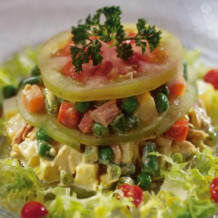 Lasaña de tomate y ensaladilla con mostaza