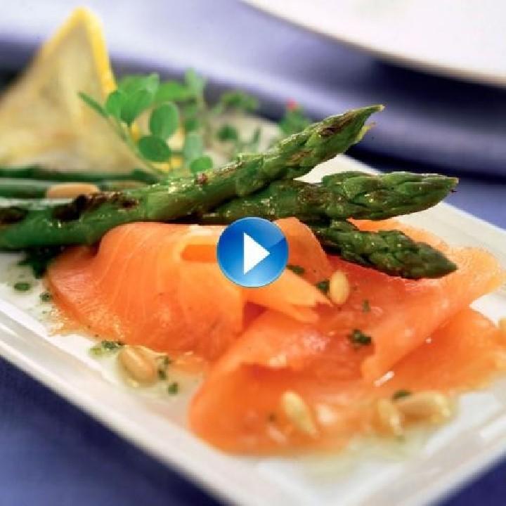Espárragos trigueros con salmón y aliño de piñones