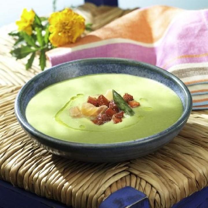 Crema d'espàrrecs verds amb salmó fumat i maduixots