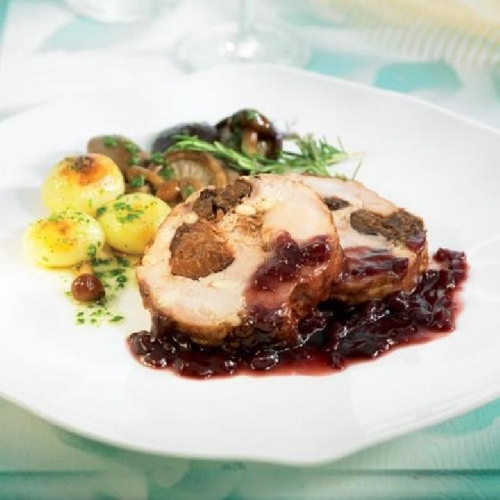 Pollo relleno de ciruelas y piñones con setas confitadas y salsa al vino tinto