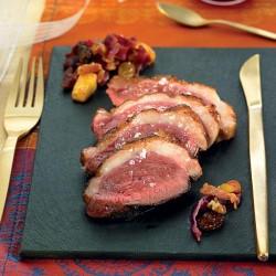 Magret de pato con col lombarda y manzana