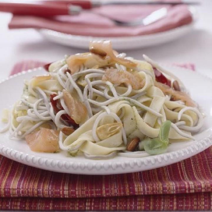 Salteado de pasta y sabores de angulas