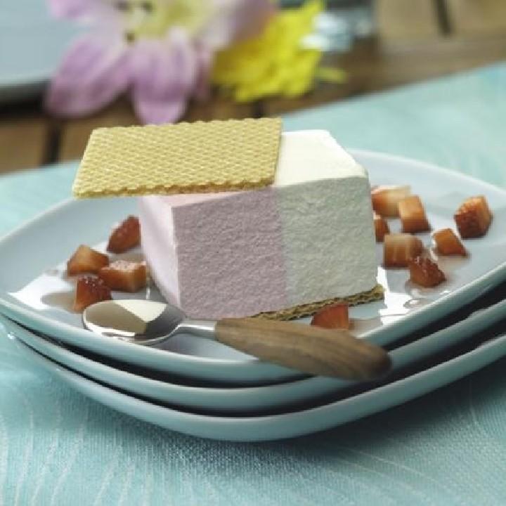 Tall de gelat de nata i maduixa amb maduixots