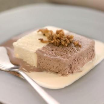 Bicolor helado con almendra caramelizada