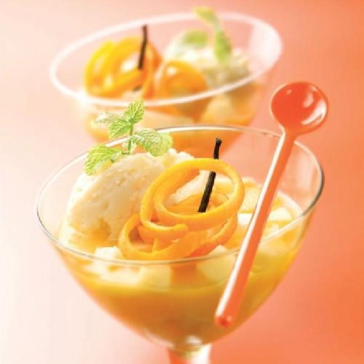 Gelat de vainilla amb suc d'aranja i poma