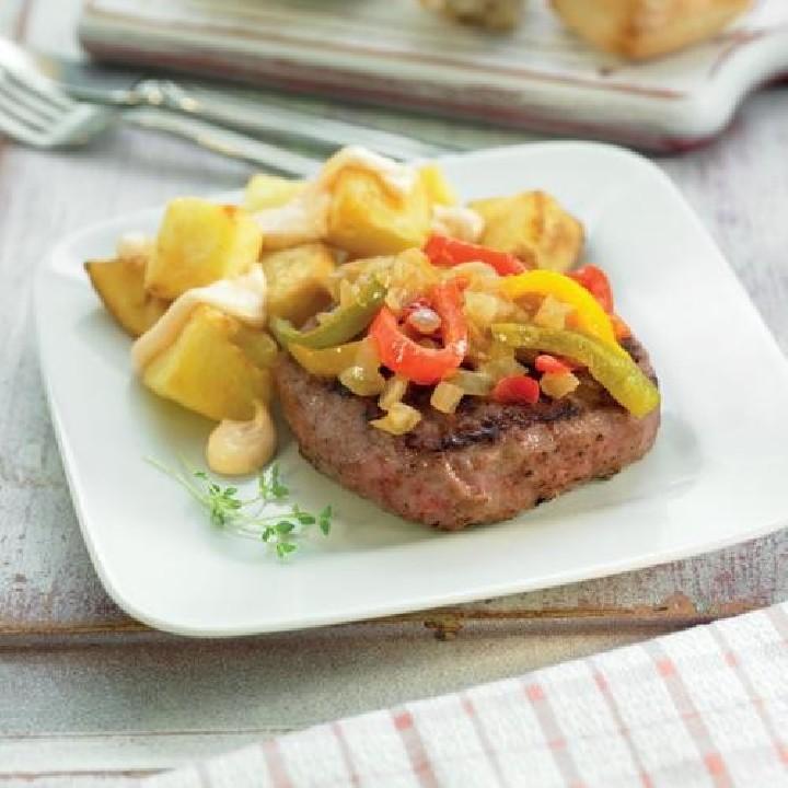 Hamburguesa con pimientos confitados y patatas bravas