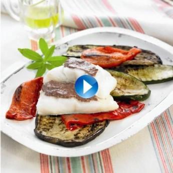 Bacallà glacejat amb allioli d'olives negres i verdures escalivades