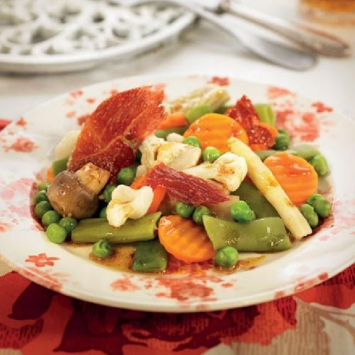 Menestra de verduras con crujiente de jamón