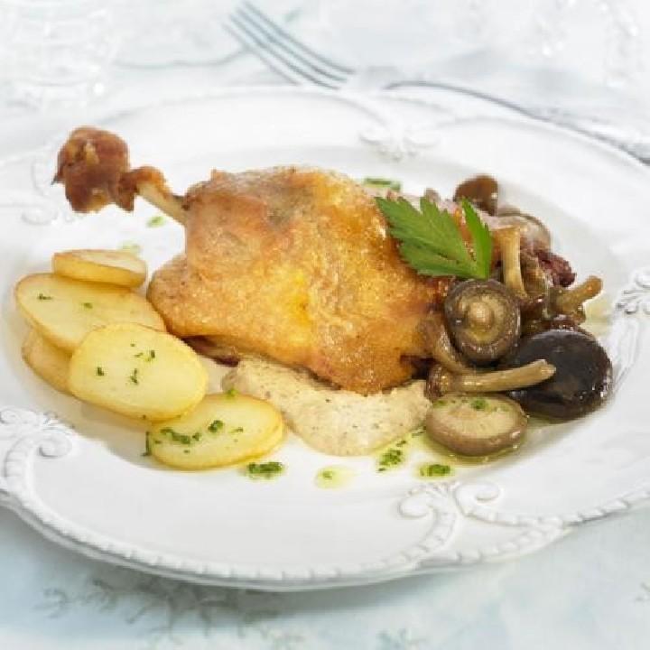 Confit de pato con salsa de setas y boletus confitados