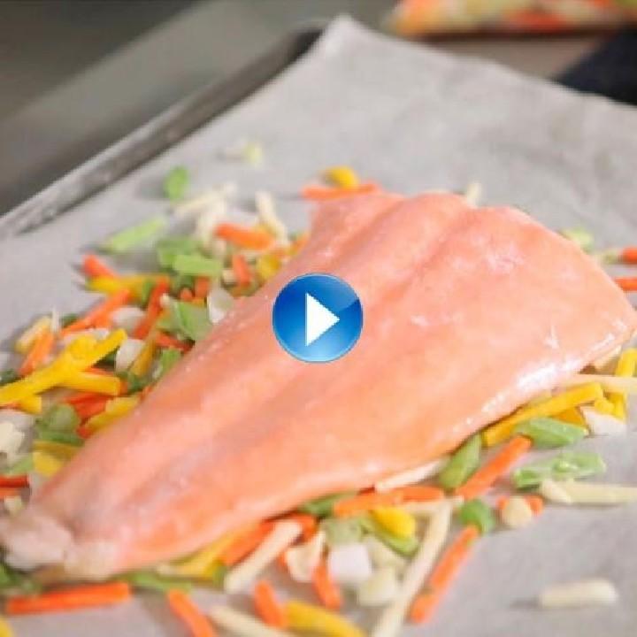 ¿Se puede hornear pescado directamente congelado?