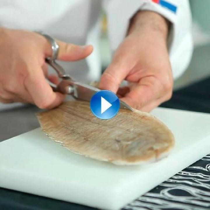 Treure la pell del peix congelat