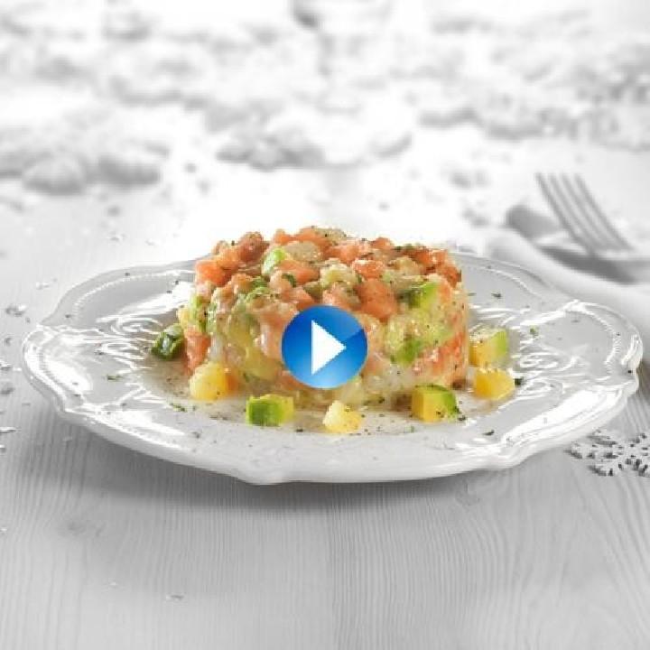Tártar de salmón con gambones y aguacate