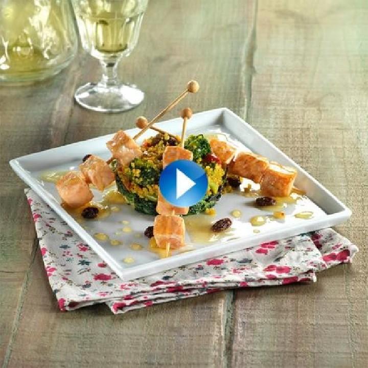 Broquetes de salmó amb mel sobre cous cous i espinacs