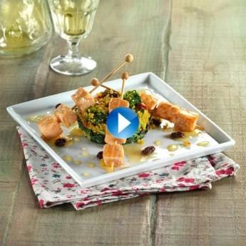 Brochetas de salmón con miel sobre cous cous y espinacas