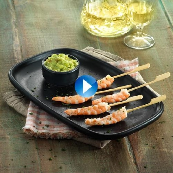 Brochetas de langostino con guacamole