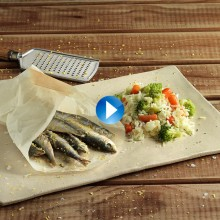 Sardines a la papillota amb arròs de verdures