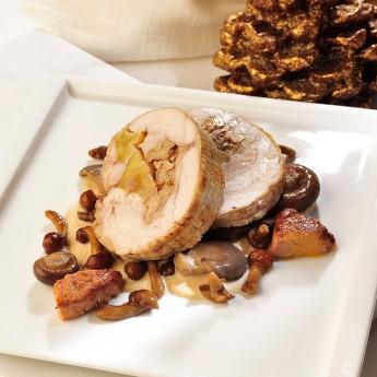 Redondo de pollo asado relleno de manzana, nueces y miel con salsa de foie y cebollitas glaseadas