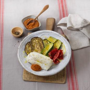 Bacalao con parrillada de verduras y salsa romesco