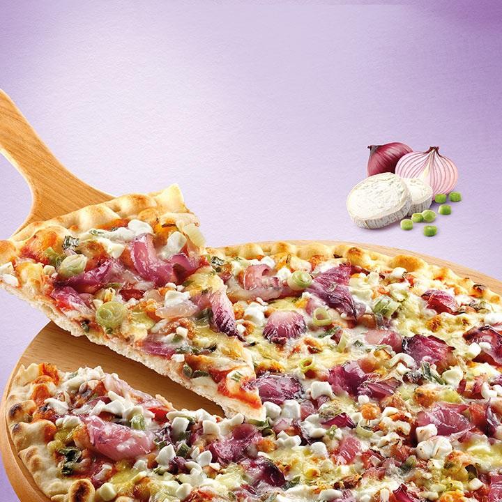 Pizza fina formatge cabra i ceba rostida