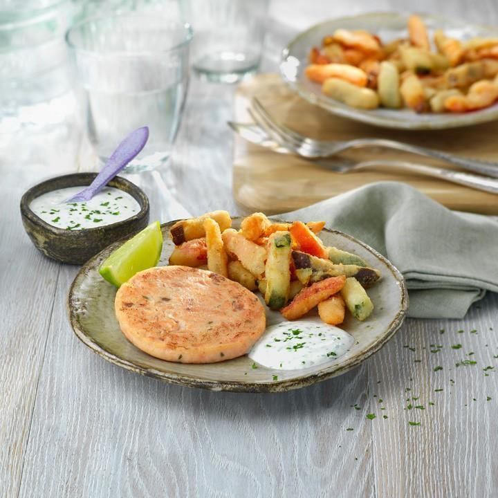 Hamburguesa de salmón con verduras en tempura y salsa de yogur