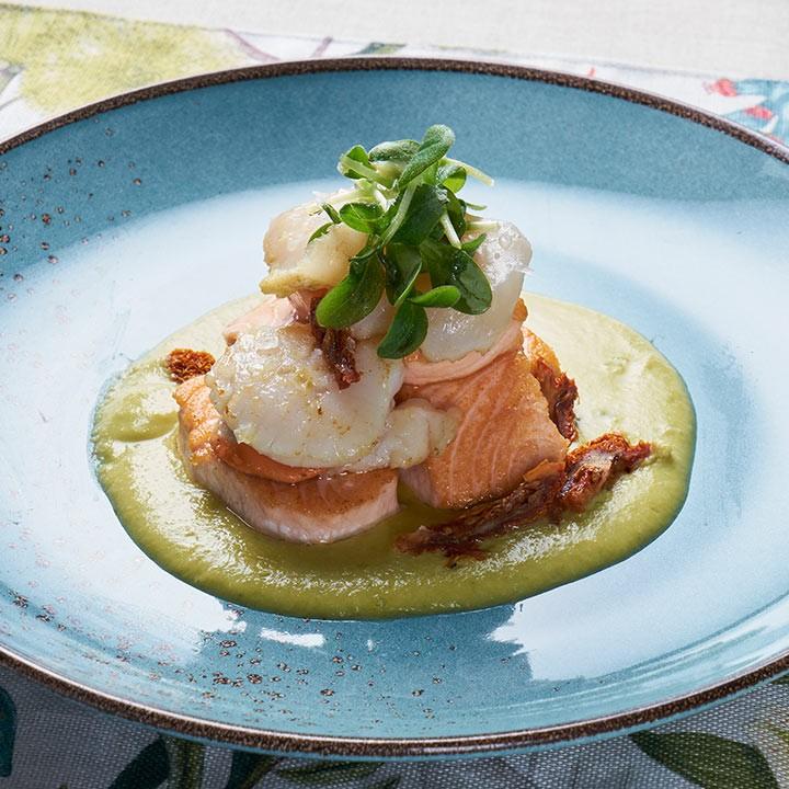 Lomo de salmón noruego y vieira sobre crema de judías verdes.