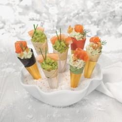 Mini conos rellenos de salmón y de langostinos con guacamole