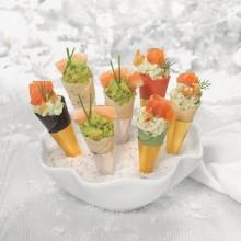 Mini conos de sésamo con langostinos y guacamole
