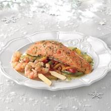 Lomo de salmón marinado con brocheta de gambones  al horno sobre  fondo de patatas