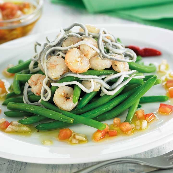 Ensalada de judías verdes con sabores de angula y gambas