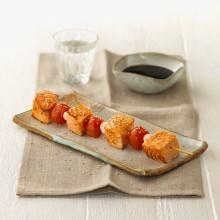 Brochetas de salmón con verduras y salsa de cítricos