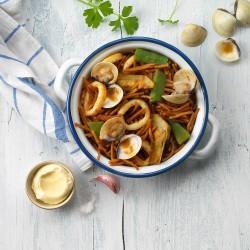 Fideuá de verduras, calamares y almejas