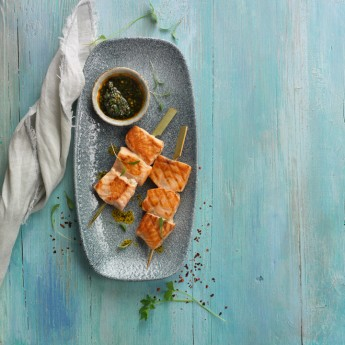 Brochetas de salmón con chimichurri de perejil