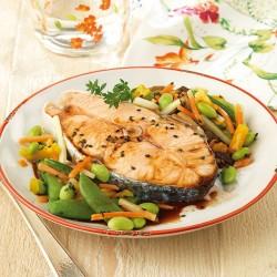 Rodajas de salmón al vapor con verduras para wok