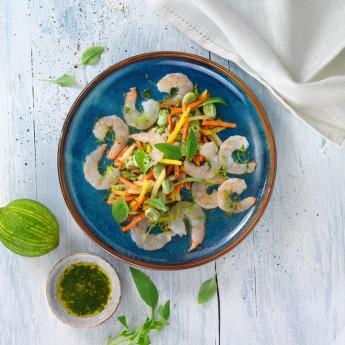 Carpaccio de gambas con lima  y albahaca sobre lecho de verduras