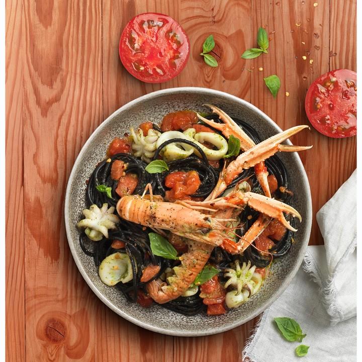 Espaguetis negres amb sípia, tomàquet, julivert, all i escamarlans
