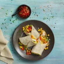 Taco de merluza rebozado con pico de gallo con mango y lechuga