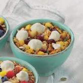 Bol de desayuno con yogur griego