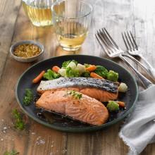 Lloms de salmó amb verdures al toc de mostassa de Dijon